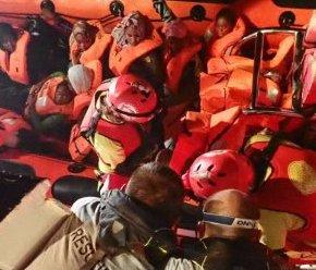 Open Arms con i migranti: non ci stiamo dirigendo verso Lampedusa