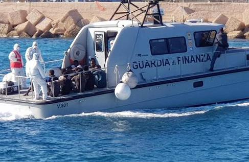 Open Arms, sbarcati al molo di Lampedusa i 27 migranti minorenni ma otto sono maggiorenni