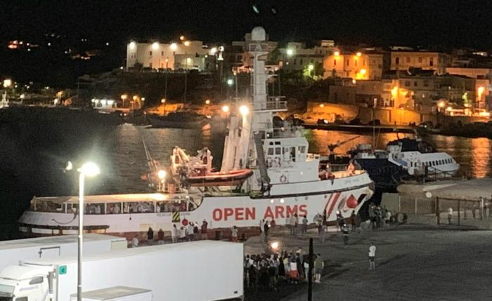 La Open Arms sotto sequestro naviga verso Porto Empedocle