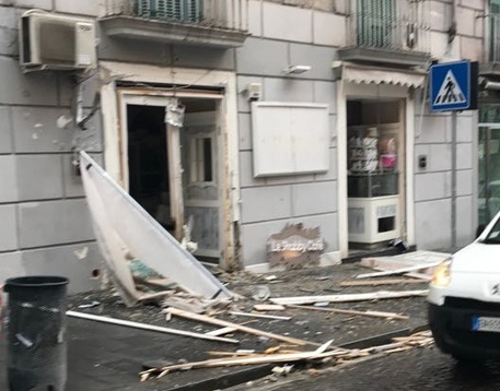 Napoli, scoppia un ordigno davanti ad un bar in via Pessina
