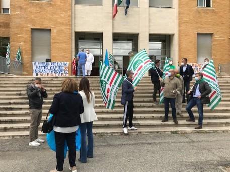 Sit - in davanti l'ospedale di Cosenza: sindacati chiedono assunzioni
