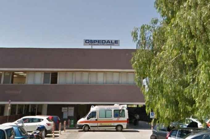 Trani, lascia in ospedale un motociclista morto in un incidente e scappa