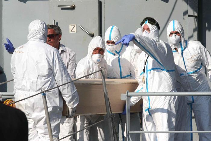 Palermo, arrivata la Vos Thalassa con 1042 migranti: pure 7 cadaveri