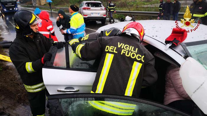 Autocisterna carica di gasolio in fiamme sulla A4, un morto allo svincolo di Padova