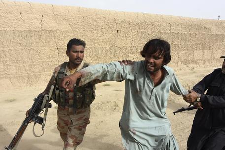 Pakistan, kamikaze dell'Isis si fa esplodere a un comizio: 132 morti
