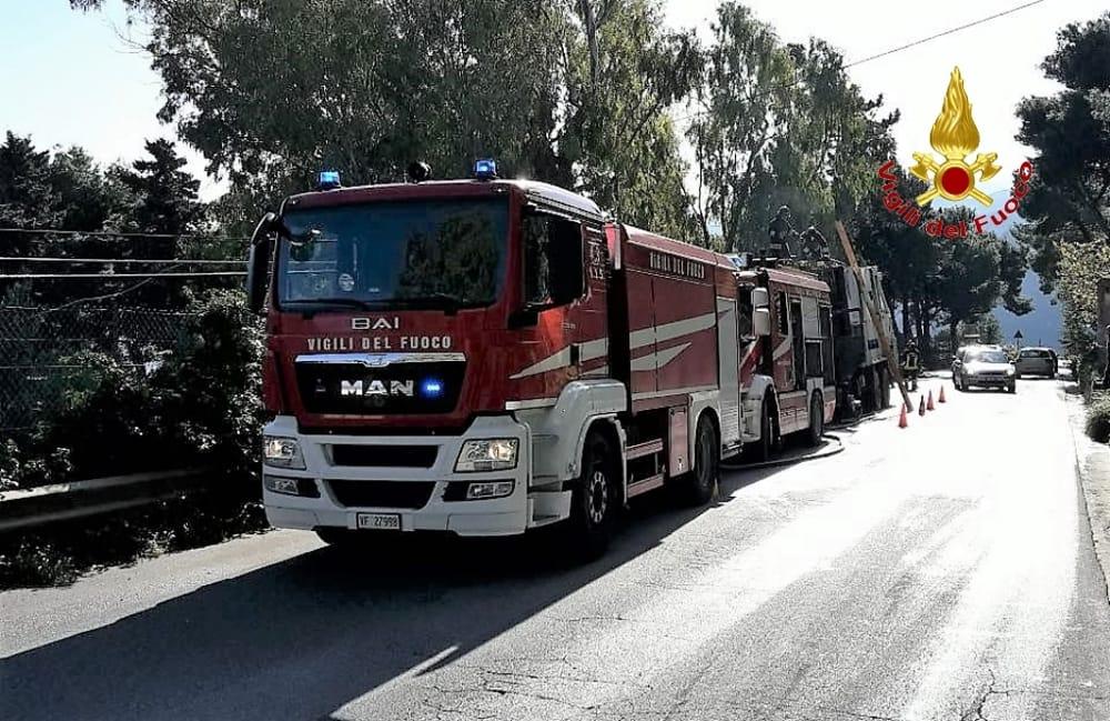 Autocompattatore in fiamme nella discarica di Bellolampo a Palermo