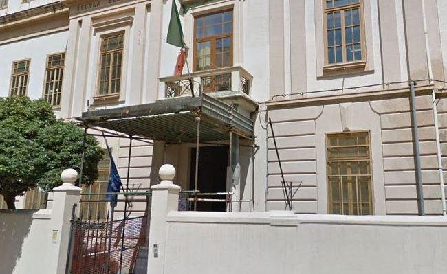 Palermo, crolla il soffitto del corridoio di una scuola: edificio evacuato