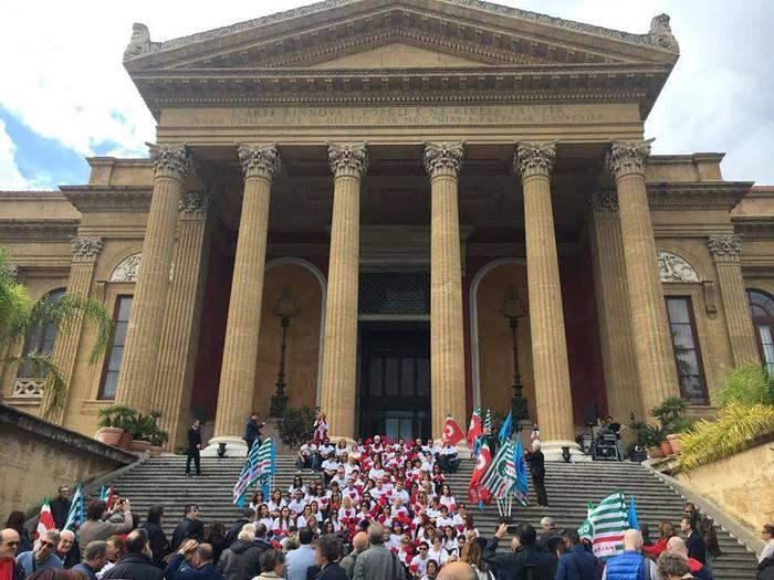 Violenza donne, fiori a Palermo  sulla scalinata del teatro Massimo