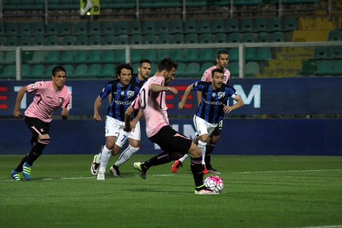 Il Palermo contro l'Atalanta non va oltre il 2 a 2 : è con mezzo piede in B