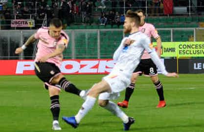 Il Palermo torna a correre, con un gol per tempo supera il Lecce