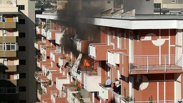 Incendio in un'abitazione al quinto piano a Palermo: le cause da accertare