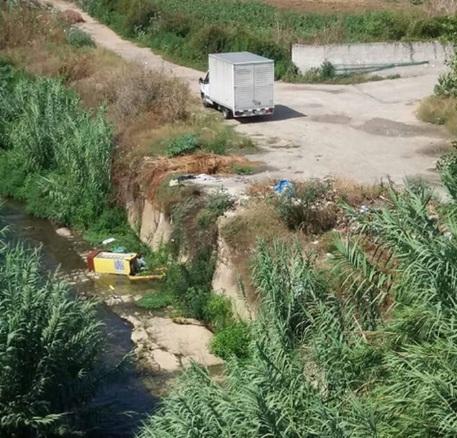 Palermo, furgone scarica rifiuti sulla riva del fiume Oreto
