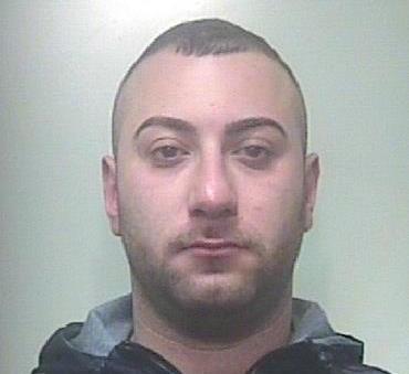 Beccato mentre nasconde droga, arrestato un giovane di Carlentini