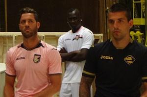 Presentate le nuove maglie del Palermo, ma i tifosi contestano Zamparini