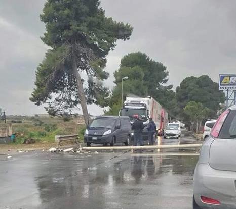 Cade un palo della luce sulla Pachino-Marzamemi: traffico in tilt