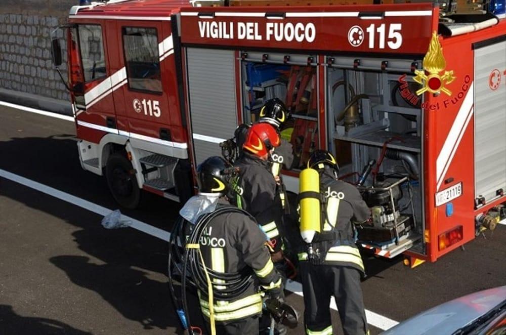 Mercedes prende fuoco a Pantelleria con turista alla guida: riesce a salvarsi