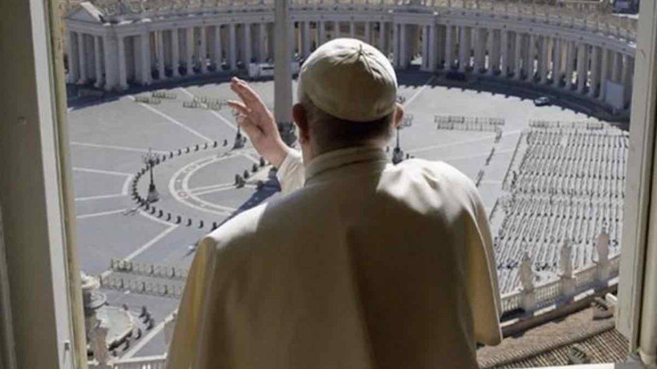 Il Papa ricorda tutte le mamme anche quelle che non ci sono più, poi benedice una piazza vuota