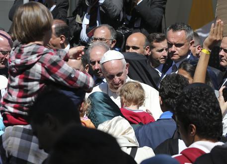 Il Papa torna da Lesbo con 12 profughi, verranno affidati alla Comunità di Sant'Egidio