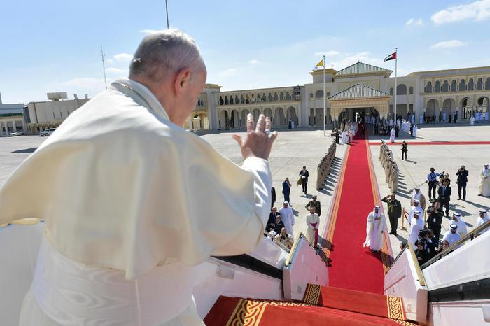 Bagno di folla ad Abu Dhabi per la messa del Papa