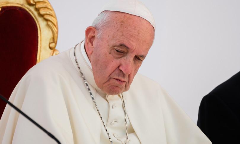 Il Papa fermato dalla sciatalgia non celebra messa