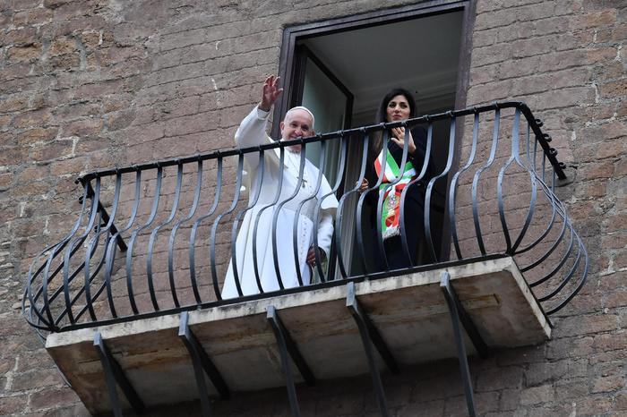Papa Francesco in Campidoglio, si affaccia dal balcone con la Raggi