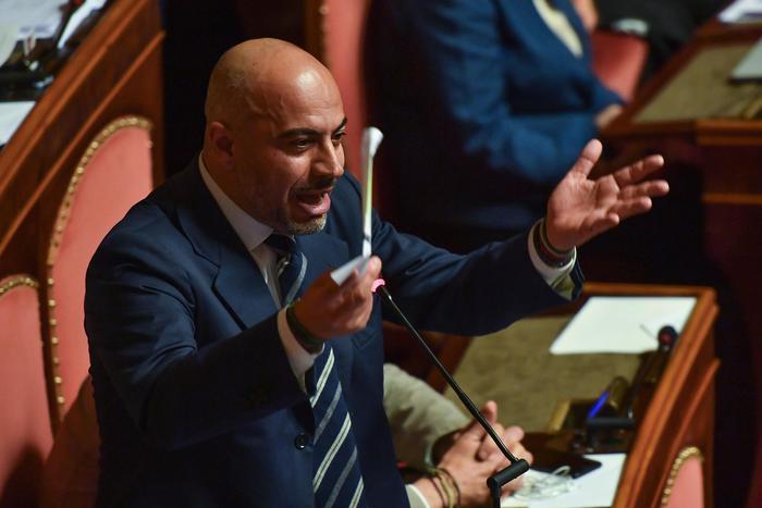 Manovra, il Senato l'approva: Paragone vota contro e assenti 4 senatori M5s