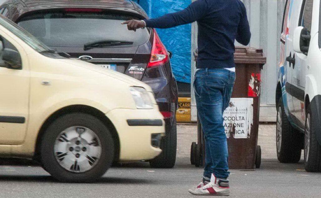 Napoli, parcheggiatore abusivo filmato mentre sfregia l'auto dei turisti