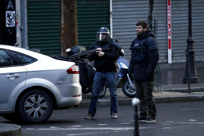 Indossava cintura esplosiva, ucciso dalla polizia a Parigi