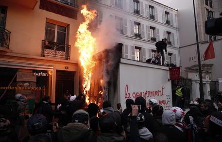 Parigi a ferro e fuoco, il governo ritira il progetto di riforma sulle pensioni