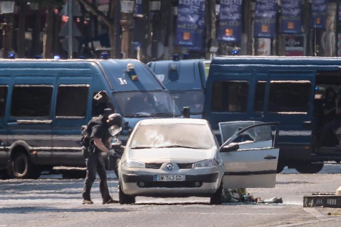 Parigi, auto con esplosivo contro furgone della polizia