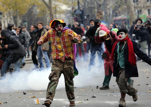 Tafferugli a Parigi tra manifestanti e polizia: cento fermati