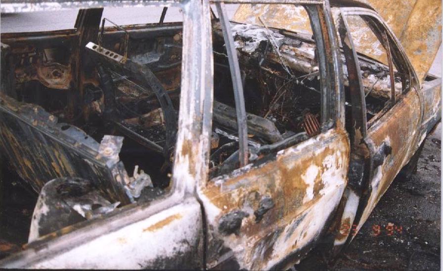 Torna il fuoco a Pachino, auto in fiamme: lambita la porta della Pinacoteca