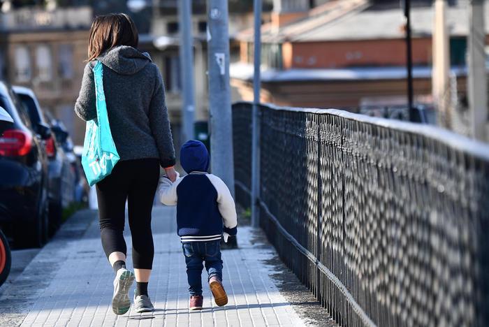 """Circolare del Viminale: """"Sì a passeggiata vicino casa con genitore ed un figlio"""""""