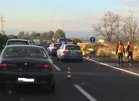 Scende dall'auto e viene ucciso da un Tir sulla Catania-Siracusa