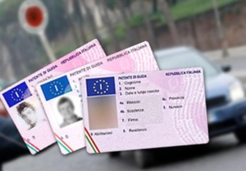 Si finge fratello gemello perchè non ha la patente: denunciati a Messina