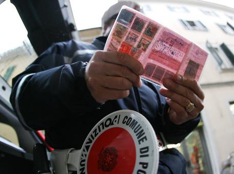 Patenti di guida false, la polizia smaschera una gang: nove arresti a Bari
