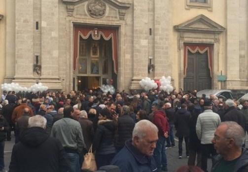 Strage familiare con 4 morti, palloncini bianchi ai funerali a Paternò
