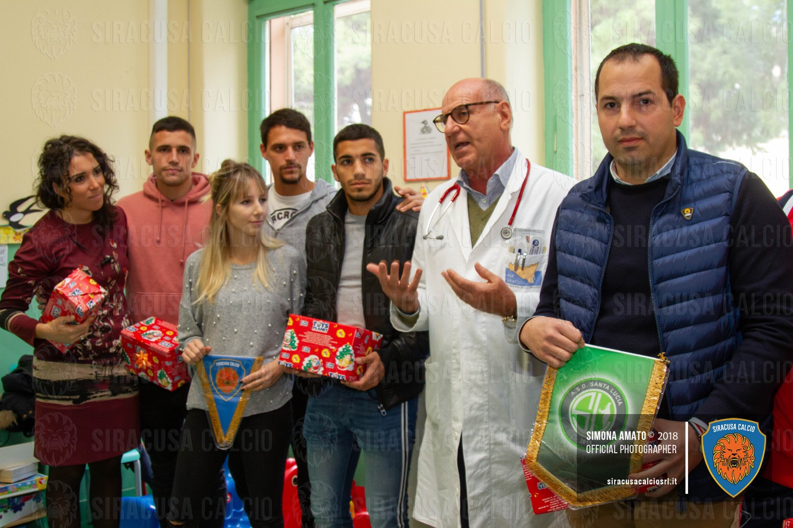 Delegazione del Siracusa Calcio in visita al reparto di Pediatria dell'Umberto I