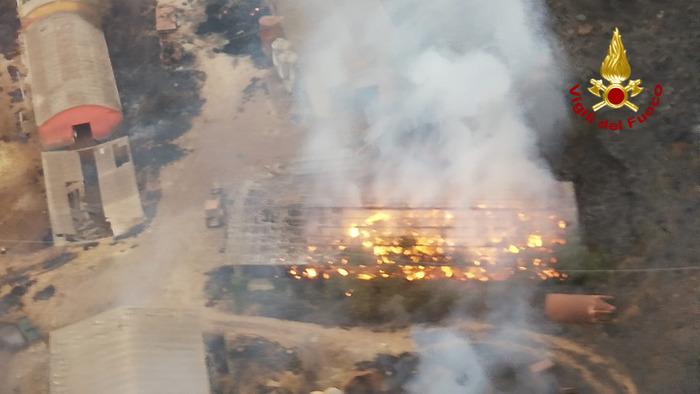 Incendio a Pergusa danneggia 2 aziende agricole: fuoco in Pineta