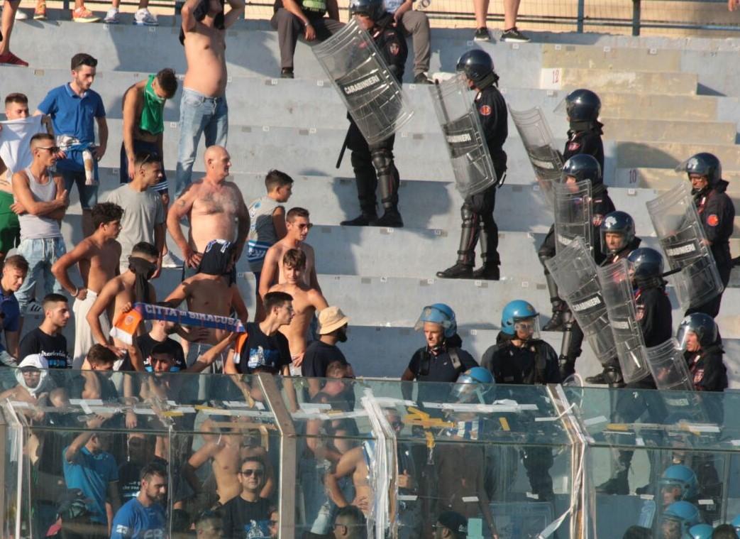 La sassaiola tra tifosi nel derby, solo 2500 euro di multa al Siracusa