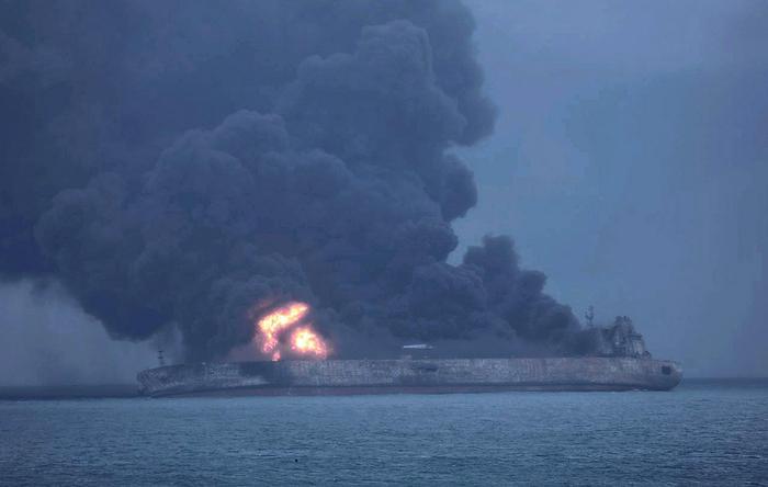 Cina, rischia di esplodere la petroliera iraniana in fiamme