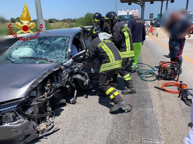 Siracusa, auto si schianta contro la barriera del casello a Cassibile