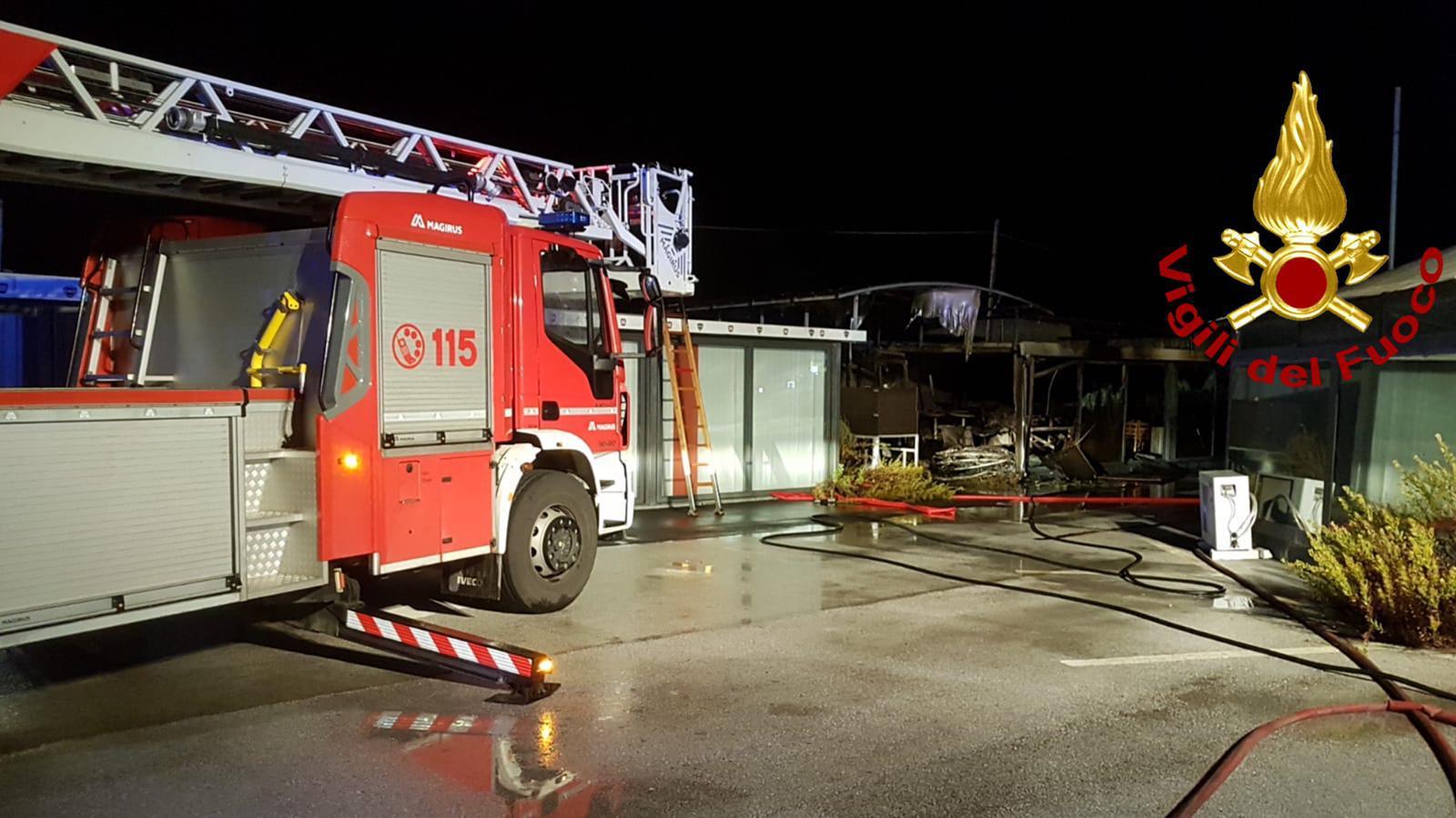 Racket a Siracusa, incendiato deposito di arredi in via Elorina FOTO