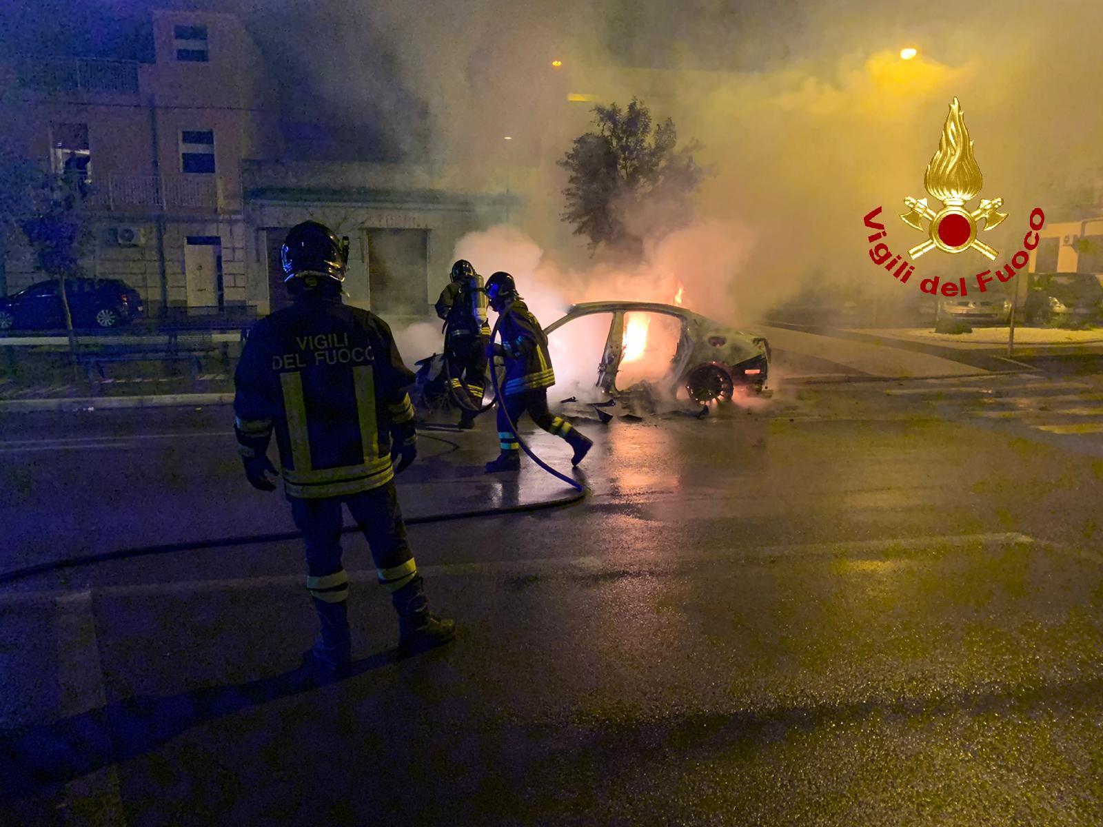 """""""Avvertimento"""" con il fuoco a Priolo, bruciata una Maserati: auto distrutta"""