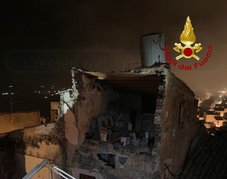 Crolla casa disabitata a Caltagirone, 2 persone messe in sicurezza FOTO