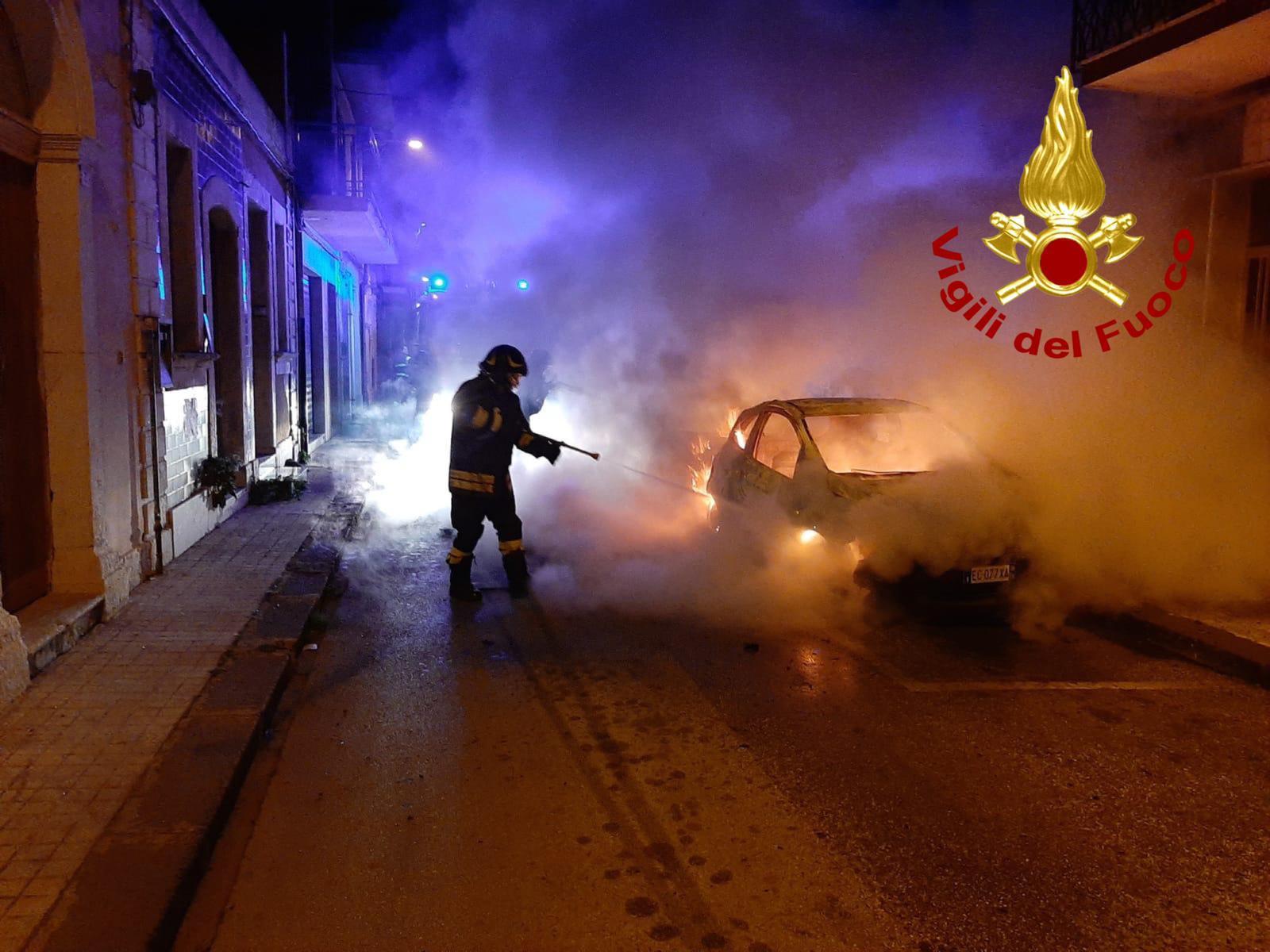 Notte di paura e di fuoco a Floridia, due auto divorate dal fuoco in via XI Febbraio