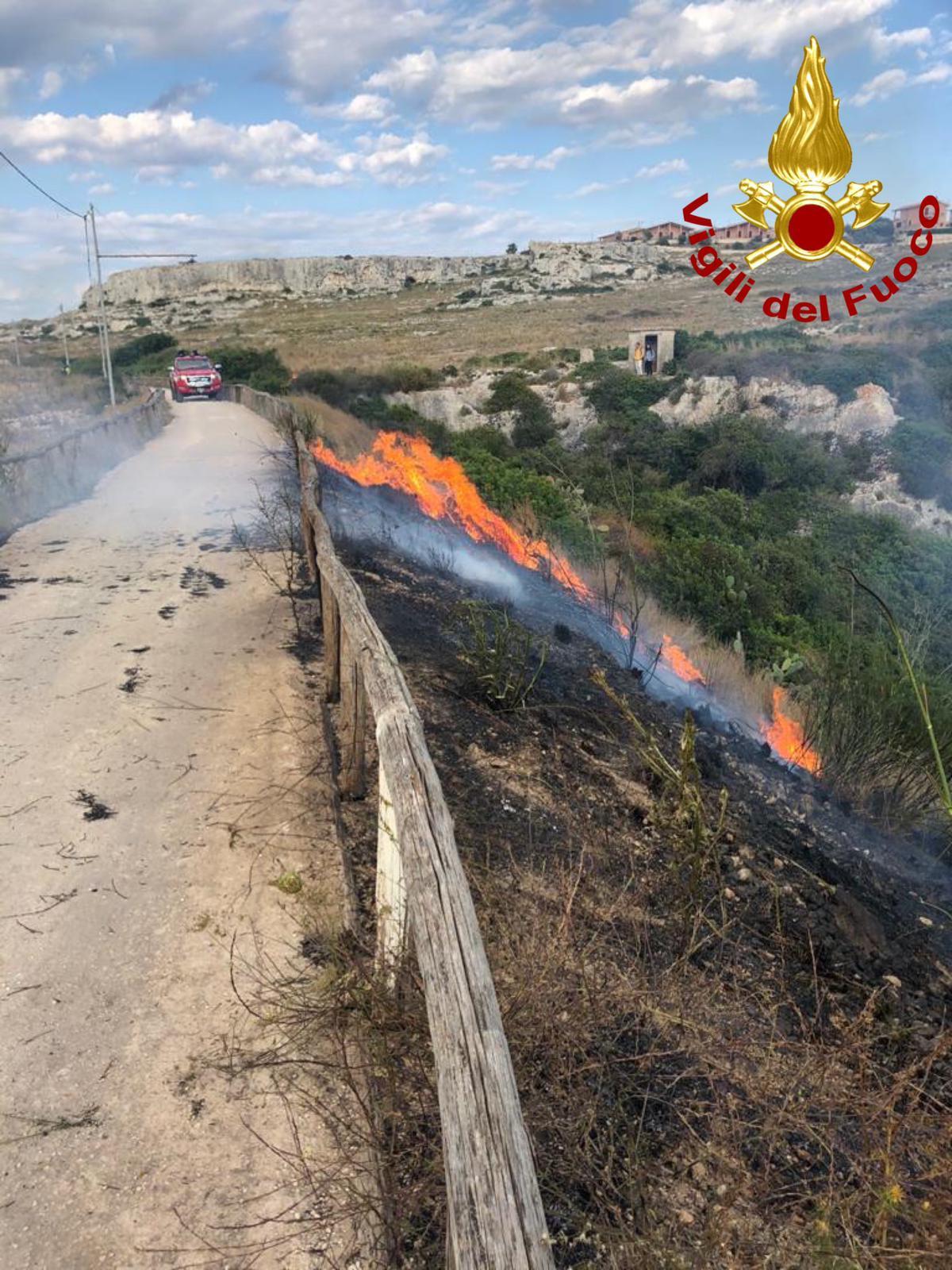 Siracusa, sterpaglie a fuoco alla Tonnara di Santa Panagia