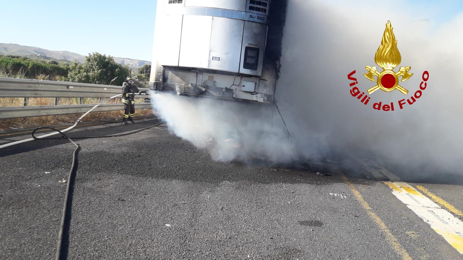 Rimorchio prende fuoco nel tratto dell'autostrada   Rosolini - Noto