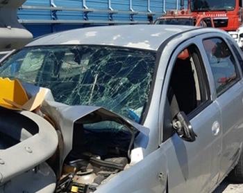 Catania, auto si schianta contro un guard rail: tre persone ferite, uno è grave