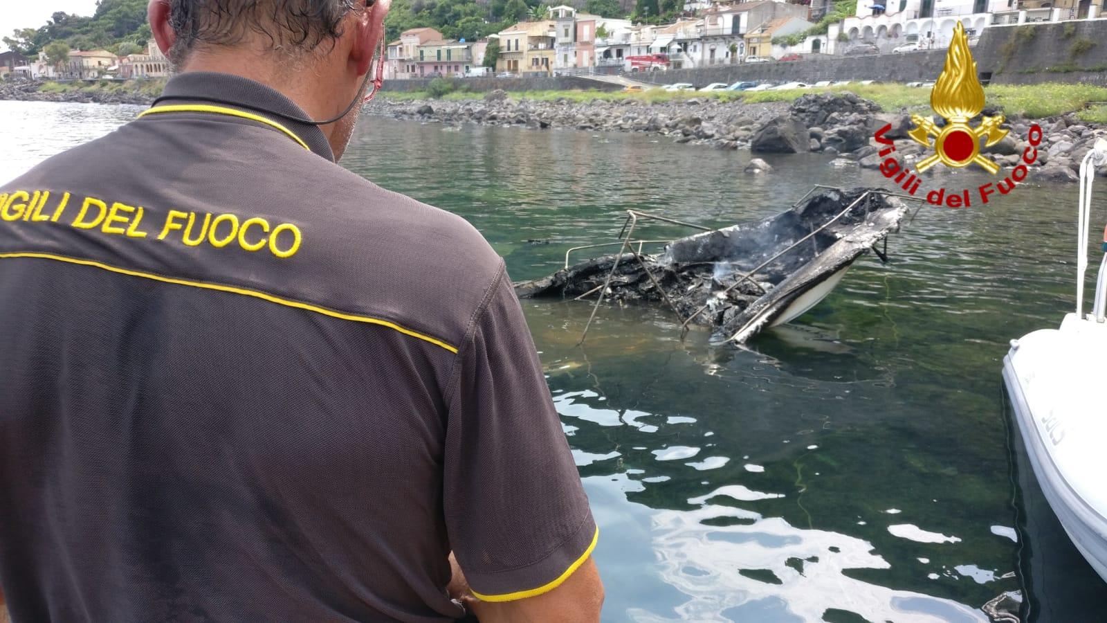 Acireale, due barche in fiamme a Santa Maria La Scala: due feriti